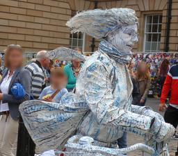 Dans les rues d'Édimbourg pendant le festival. Source : http://data.abuledu.org/URI/55df1865-dans-les-rues-d-edimbourg-pendant-le-festival