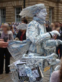 Dans les rues d'Édimbourg pendant le festival. Source : http://data.abuledu.org/URI/55df1c79-dans-les-rues-d-edimbourg-pendant-le-festival