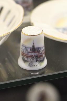 Dé à coudre en porcelaine. Source : http://data.abuledu.org/URI/51d9da69-de-a-coudre-en-porcelaine