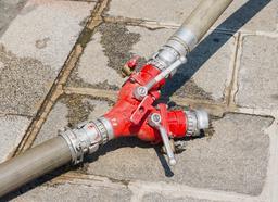 Dédoubleur de tuyaux de pompiers. Source : http://data.abuledu.org/URI/52fd4f38-dedoubleur-de-tuyaux-de-pompiers