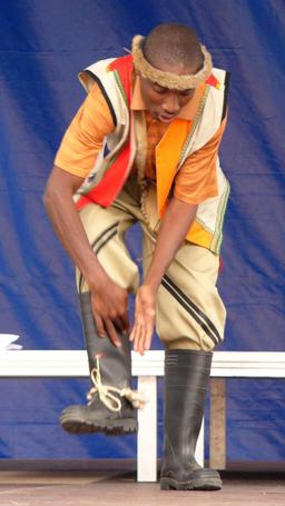 Démonstration de danse zoulou en bottes. Source : http://data.abuledu.org/URI/52bd7f69-demonstration-de-danse-zoulou-en-bottes