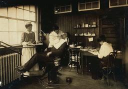 Dentiste américain en 1917. Source : http://data.abuledu.org/URI/526294e5-dentiste-americain-en-1917