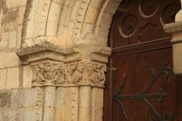 Détail d'un chapiteau de la Collégiale Saint-Ours à Loches. Source : http://data.abuledu.org/URI/55e44033-detail-d-un-chapiteau-de-la-collegiale-saint-ours-a-loches