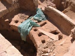 Détail d'un four à amphore sous l'abside de la basilique de Maréa. Source : http://data.abuledu.org/URI/573dbf65-detail-d-un-four-a-amphore-sous-l-abside-de-la-basilique-de-marea