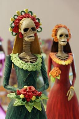 Deux Catrinas mexicaines de Toussaint. Source : http://data.abuledu.org/URI/5631fa76-deux-catrinas-mexicaines-de-toussaint