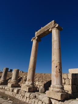 Deux colonnes ioniques du Cardo à Jerash. Source : http://data.abuledu.org/URI/54b53770-deux-colonnes-ioniques-du-cardo-a-jerash