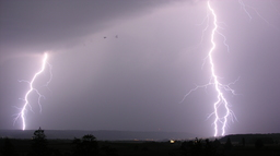 Deux éclairs zébrant le ciel. Source : http://data.abuledu.org/URI/533c74fc-deux-eclairs-zebrant-le-ciel