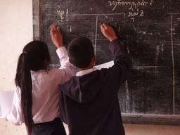 Deux écoliers au tableau noir et à la craie. Source : http://data.abuledu.org/URI/529ccaf9-deux-ecoliers-au-tableau-noir-et-a-la-craie