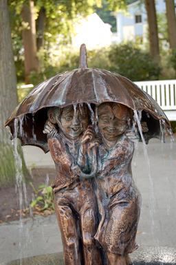 Deux enfants sous la pluie. Source : http://data.abuledu.org/URI/539ff57f-deux-enfants-sous-la-pluie