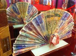 Deux éventails en papier monnaie. Source : http://data.abuledu.org/URI/531c23b9-deux-eventails-en-papier-monnaie