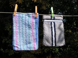 Deux gants de toilette. Source : http://data.abuledu.org/URI/50fdc695-deux-gants-de-toilette