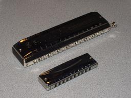 Deux harmonicas. Source : http://data.abuledu.org/URI/5300003c-deux-harmonicas