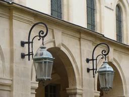 Deux lanternes. Source : http://data.abuledu.org/URI/53e1ecf2-deux-lanternes
