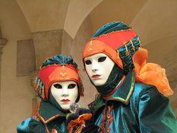 Deux masques au carnaval de Venise. Source : http://data.abuledu.org/URI/50393f07-deux-masques-au-carnaval-de-venise