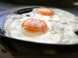 Deux oeufs frits à la poêle. Source : http://data.abuledu.org/URI/533bf6b8-deux-oeufs-frits-a-la-poele