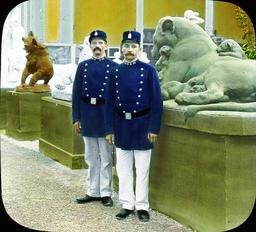 Deux policiers en 1900. Source : http://data.abuledu.org/URI/50394862-deux-policiers-en-1900
