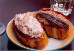 Deux tapas basques sur tranches de pain. Source : http://data.abuledu.org/URI/54e89bd4-deux-tapas-basques-sur-tranches-de-pain
