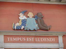 Devise du musée du jouet en Estonie. Source : http://data.abuledu.org/URI/5427ccfe-devise-du-musee-du-jouet-en-estonie