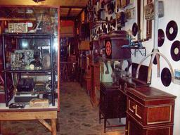 Disques et tourne-disques d'antan. Source : http://data.abuledu.org/URI/5384b54e-disques-et-tourne-disques-d-antan