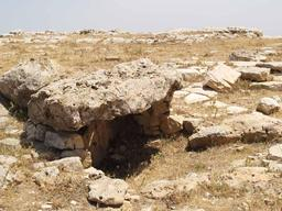 Dolmen à Dougga en Tunisie. Source : http://data.abuledu.org/URI/54e35e6e-dolmen-a-dougga