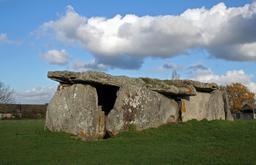 Dolmen de la Madeleine à Gennes. Source : http://data.abuledu.org/URI/53837c01-dolmen-de-la-madeleine-a-gennes