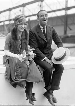 Douglas Fairbanks et Mary Pickford en 1920. Source : http://data.abuledu.org/URI/535fd251-douglas-fairbanks-et-mary-pickford-en-1920