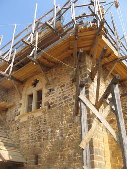 Échafaudages au château de Guédelon. Source : http://data.abuledu.org/URI/537fc78f-echafaudages-au-chateau-de-guedelon