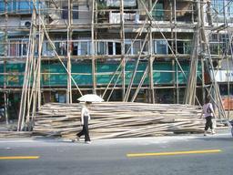 Échafaudages de bambous à Shanghai. Source : http://data.abuledu.org/URI/513af4e0-echafaudages-de-bambous-a-shanghai