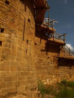 Échafaudages médiévaux au château de Guédelon. Source : http://data.abuledu.org/URI/537f3118-echafaudages-medievaux-au-chateau-de-guedelon