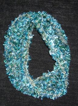 Écharpe au crochet en noeud de Moebius. Source : http://data.abuledu.org/URI/5506bd26-echarpe-au-crochet-en-noeud-de-moebius