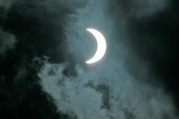 Éclipse de soleil en novembre 2012. Source : http://data.abuledu.org/URI/550cbfee-eclipse-de-soleil-en-novembre-2012
