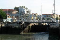 Ecluse et pont du Gabut à La Rochelle. Source : http://data.abuledu.org/URI/52d4f61c-ecluse-et-pont-du-gabut-a-la-rochelle