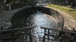 Ecluse sur le canal du Midi. Source : http://data.abuledu.org/URI/5309e006-ecluse-sur-le-canal-du-midi