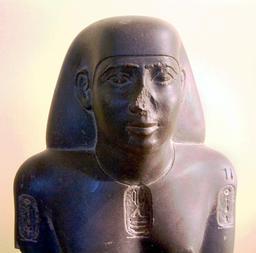 Statue d'un fonctionnaire égyptien. Source : http://data.abuledu.org/URI/52ea65b1-egypte-louvre-037-c-jpg