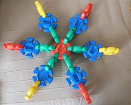 Emboitements en hexagone. Source : http://data.abuledu.org/URI/519f4a93-emboitements-en-hexagone