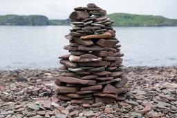 Empilement de pierres sur la plage. Source : http://data.abuledu.org/URI/5874fa00-empilement-de-pierres-sur-la-plage