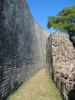 Enceintes de pierre sèche du Grand Zimbabwe. Source : http://data.abuledu.org/URI/52d2d651-enceintes-de-pierre-seche-du-grand-zimbabwe