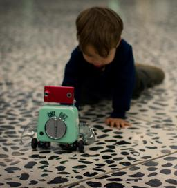 Enfant et robot en 2011. Source : http://data.abuledu.org/URI/58e9dbb2-enfant-et-robot-en-2011