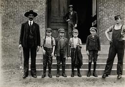 Enfants américains au travail en 1908. Source : http://data.abuledu.org/URI/58c7b8b1-enfants-americains-au-travail-en-1908