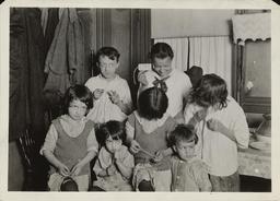 Enfants d'une famille au travail en 1923. Source : http://data.abuledu.org/URI/58c7b092-enfants-d-une-famille-au-travail-en-1923