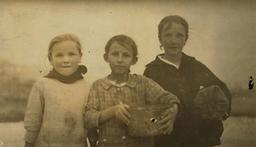 Enfants écailleurs d'huitres en 1916. Source : http://data.abuledu.org/URI/5262bd8f-enfants-ecailleurs-d-huitres-en-1916