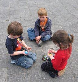 Enfants jouant aux billes. Source : http://data.abuledu.org/URI/502b5c54-enfants-jouant-aux-billes