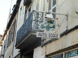 Enseigne d'auto-école à Dijon. Source : http://data.abuledu.org/URI/59269942-enseigne-d-auto-ecole-a-dijon