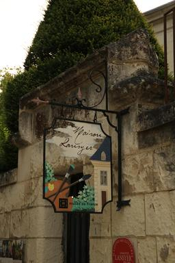 Enseigne de la Maison-Musée Lansyer à Loches. Source : http://data.abuledu.org/URI/55e444a6-enseigne-de-la-maison-musee-lansyer-a-loches