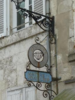 Enseigne de maître-joaillier à La Rochelle. Source : http://data.abuledu.org/URI/5821ee55-enseigne-de-maitre-joaillier-a-la-rochelle