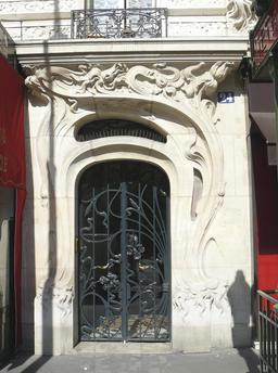 Entrée d'immeuble parisien de style art nouveau en 1905. Source : http://data.abuledu.org/URI/53e7e5d3-entree-d-immeuble-parisien-de-style-art-nouveau-en-1905