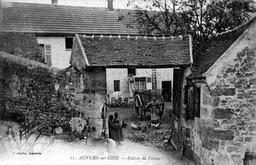 Entrée de ferme à Auvers-sur-Oise vers 1900. Source : http://data.abuledu.org/URI/52b09968-entree-de-ferme-a-auvers-sur-oise-vers-1900