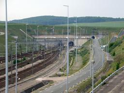 Entrée de l'Eurotunnel à Coquelles. Source : http://data.abuledu.org/URI/506c3f8d-entree-de-l-eurotunnel-a-coquelles
