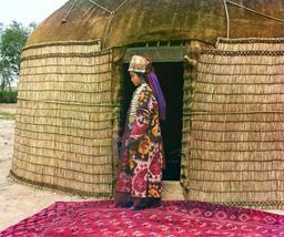 Entrée de yourte avec tapis. Source : http://data.abuledu.org/URI/520e0dd5-entree-de-yourte-avec-tapis