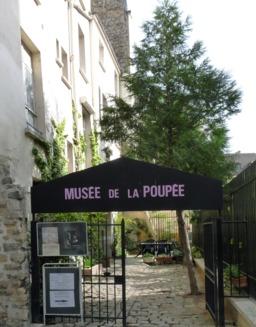 Entrée du musée de la poupée. Source : http://data.abuledu.org/URI/501ba444-entree-du-musee-de-la-poupee